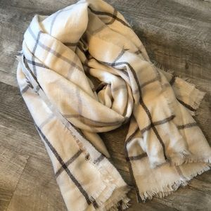 NWOT! Old Navy Whit and Gray Blanket Scarf!
